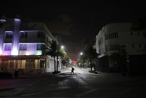 Osamelý chodec prechádza po bežne rušnej pláži pred hurikánom Irma v Miami beach 8. septembra 2017.