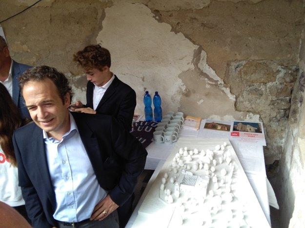 Anton Radvanský (vľavo) s rodinou žijú momentálne v Paríži. Jeho predkovia vlastnili kaštieľ v Radvani a všetky predošle stavby na tomto mieste od 13. storočia až do konca druhej svetovej vojny.
