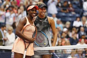 Sloane Stephensová (vľavo) a Madison Keysová pred začiatkom finálového zápasu.