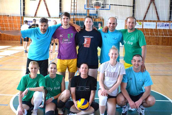 Amatérske volejbalové mužstvo Fifty five Levice.
