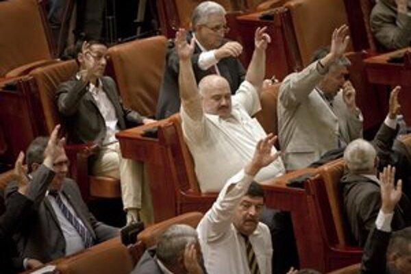 Rumunskí poslanci hlasujú za odvolanie prezidenta, definitívne slovo budú mať voliči v nedeľňajšom referende.