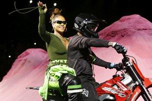 Barbadoská speváčka Rihanna po prehliadke svojej kolekcie pre značnu Fenty Puma.