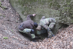 Obnovená delostrelecká kaverna sa nachádza aj na Kamzíku, asi 300 metrov od hornej stanice lanovky.