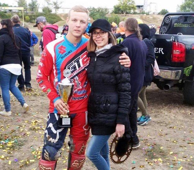Motokrosár Tomáš Šimko so snúbenicou Katkou.