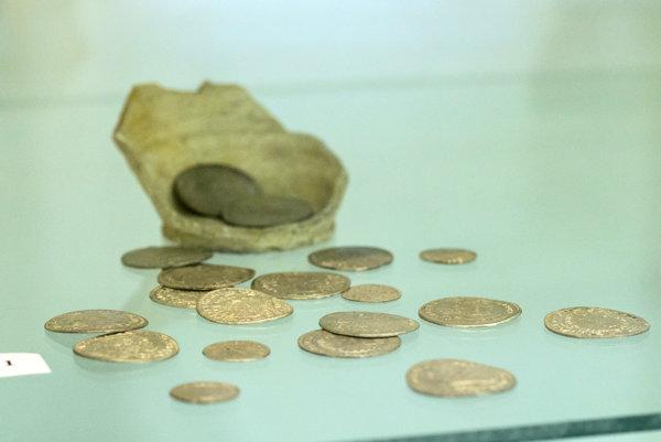 Od mešca k bankomatu je názov výstavy, ktorá v týchto dňoch v Tribečskom múzeu v Topoľčanoch približuje historický vývoj peňazí. Expozícia prezentuje rôzne platidlá, ktoré sa na našom území používali od najstarších čias po súčasnosť. Na snímke poklad mincí zo 17. storočia nájdený v Želiezovciach.