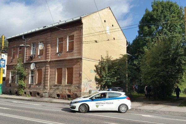 Z domu na Predmestskej deložovali obyvateľov.