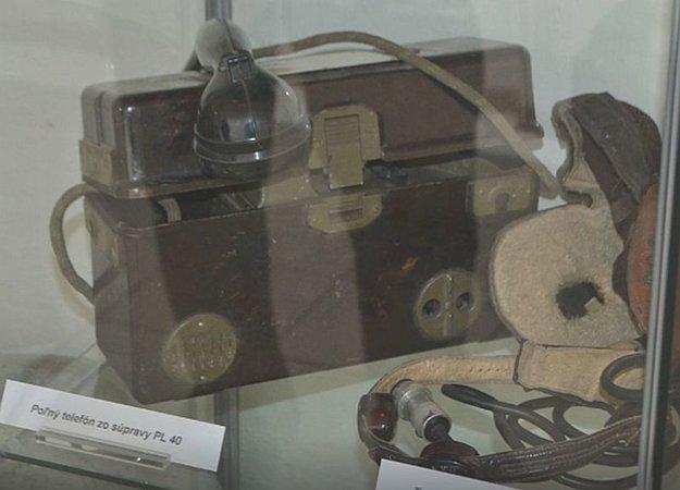 Poľný telefón atelefónna kukla patrili kpotápačskej súprave PL 40.