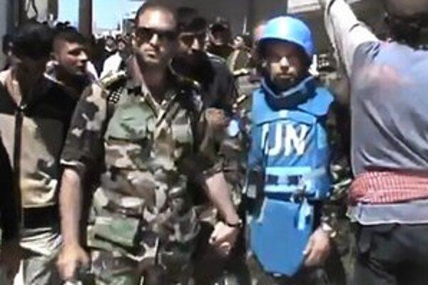 Pozorovateľ OSN s povstaleckými bojovníkmi v meste Rastan.