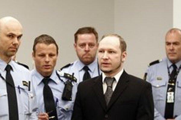 Breivik v súdnej sieni uprostred policajtov.