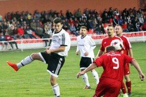 Jediným tímom bez prehry sú Alekšince. Vľavo v bielom Martin Garaj, ktorý prispel gólom k sobotňajšiemu víťazstvu. Fotka je zo zápasu s Hornou Kráľovou.