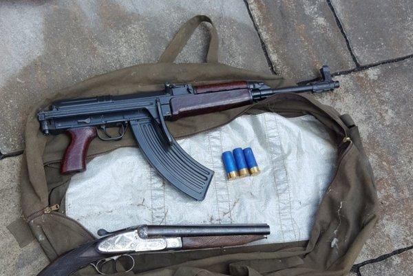 V bydlisku mladíka našla polícia viacero zbraní.