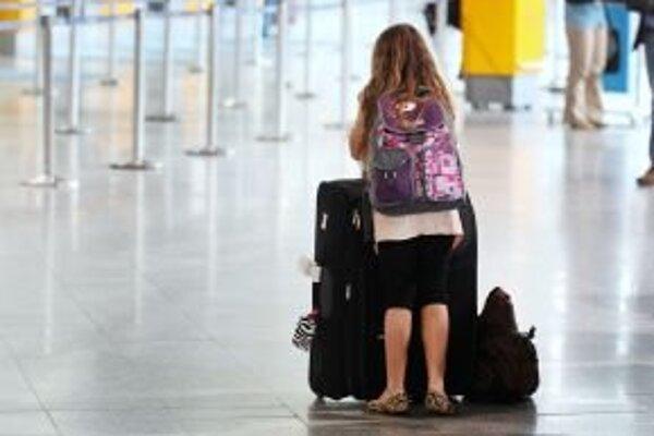 Pre štrajk pracovníkov pohraničnej kontroly uviazli cestujúci na letiskách.