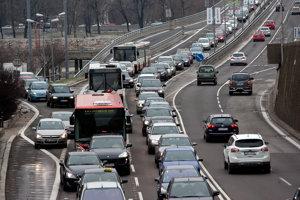 Dopravné zápchy sú takmer dennou súčasťou života v Bratislave. (ilustračné foto)