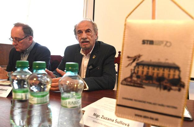 Na snímke zľava vedúci oddelenia dejín vedy, výroby a techniky Ladislav Klíma a generálny riaditeľ STM Eugen Labanič.