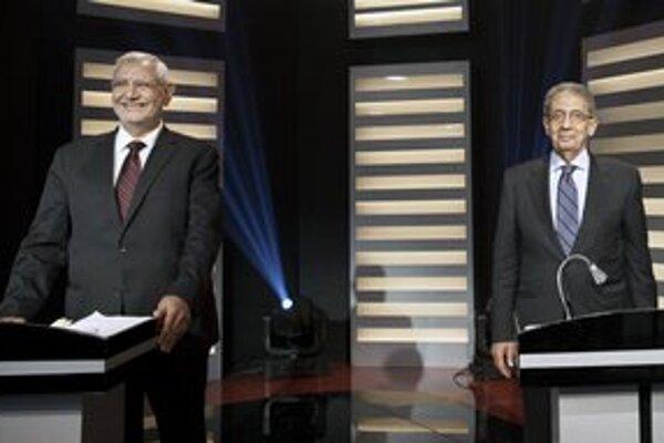 Kandidáti na prezidenta Fotouh (vľavo) a Músa (vpravo) sa vo štvrtok večer stretli v ostro sledovanej politickej debate, prvej svojho druhu v histórii Egypta.