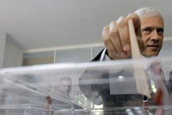 Tadič hlasuje v prvom kole prezidentských volieb.