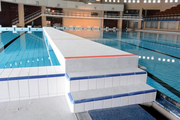 Okolie bazéna po renovácii. Starú dlažbu nahradila moderná protišmyková podlaha s vyhrievaním.