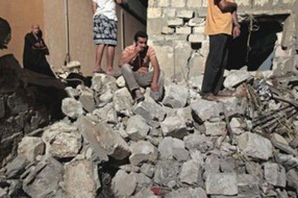 Bombardovaním zničený dom na predmestí Tripolisu.