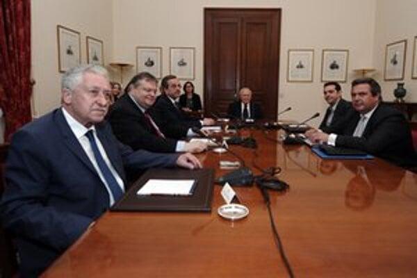 Ani posledné rokovania najvýznamnejších strán, ktoré organizoval prezident Karolos Papulias (vľavo), nenašli riešenie. Gréci si voľby zopakujú.