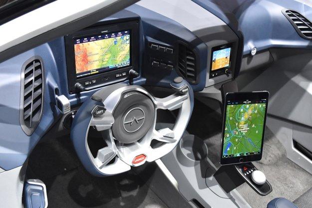 """Kokpit je skôr """"letecký"""" ako automobilový. Na pohon slovenského """"lietajúceho auta"""" slúži dvojlitrový motor výkonu 224 kW, na ceste ho poháňajú dva elektromotory celkového výkonu 80 kW."""