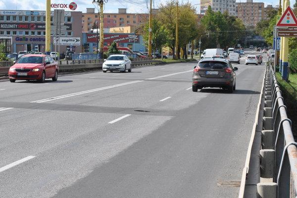 Veľká diera. Na vodičov striehne na rozhraní ľavého apravého jazdného pruhu vsmere zFurče na Mier.
