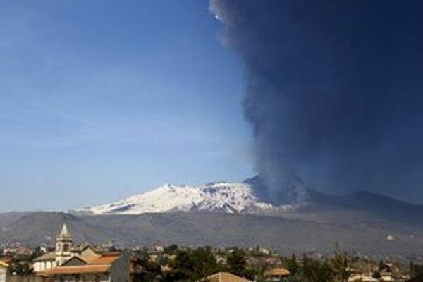 Pohľad na aktívnu Etnu z dediny Acireale.