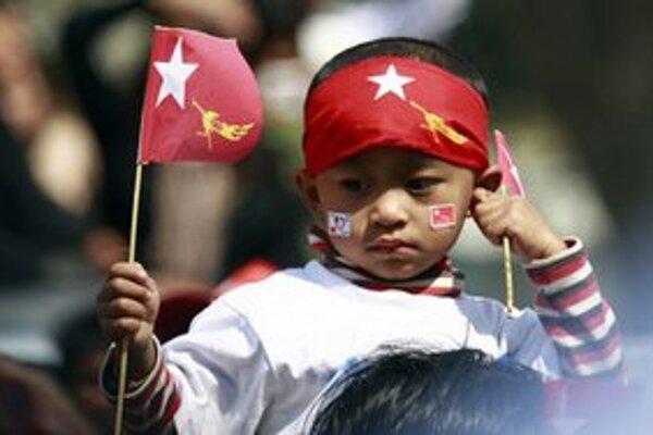 Chlapec na mítingu opozičnej strany.
