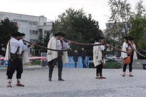 Bratia Štefánikovci na Svätoplukovom námestí.