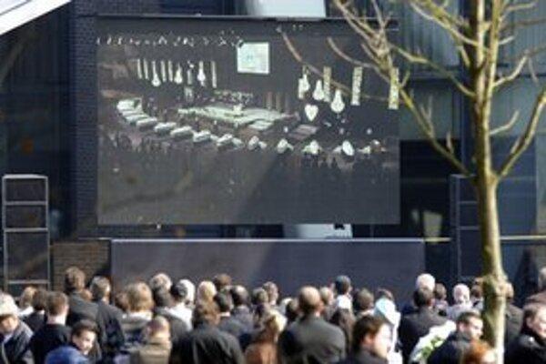 Smútočnú ceremóniu sledovali tisícky ľudí.