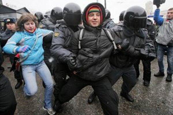 Polícia zatýka demonštrantov v Petrohrade.