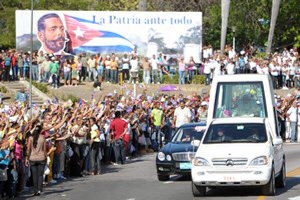 Papamobil sledovali v uliciach Santiaga de Cuba desaťtisíce ľudí. Odporcovia režimu sa však do mesta nedostali.