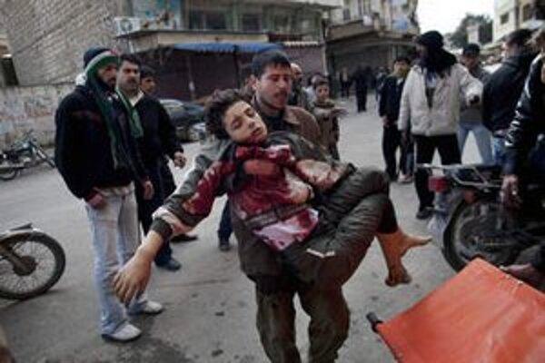 Zranený sýrsky chlapec v meste Idlib.