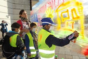 Grafity, ktoré deti na námestí sprejovali na fóliu, bolo najmä odomove.