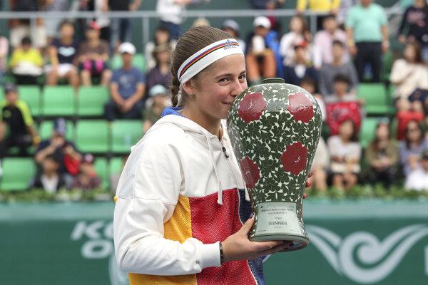 Jelena Ostapenková pózuje s trofejou pre víťazku.