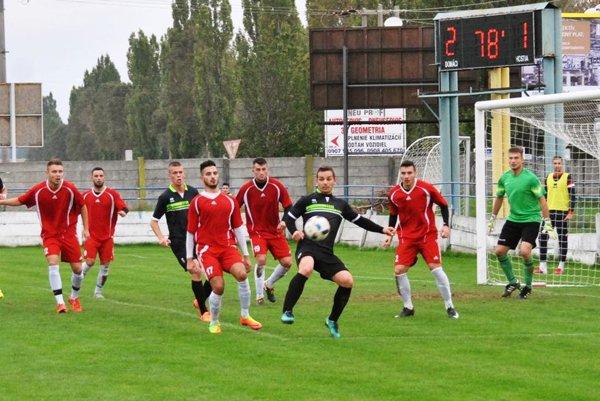 Futbalisti Vrábeľ (v červenom) porazili Veľké Ludince 3:1.