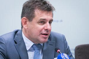Minister životného prostredia SR László Sólymos počas TB na tému: Informácia o rokovaní s ministerkou pôdohospodárstva a rozvoja vidieka Gabrielou Matečnou.