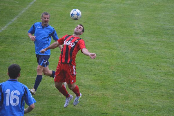 Chocholná-Velčice (v červenom) porazila nováčika z Veľkej Hradnej 3:1.