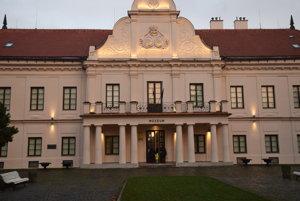 Andrassyovský kaštieľ je po rozsiahlej rekonštrukcii večer vysvietený.