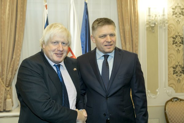 Britský minister zahraničia Boris Johson a slovenský premiér Robert Fico.