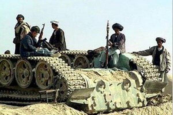 Afganskí vojaci na vraku sovietskeho tanku.