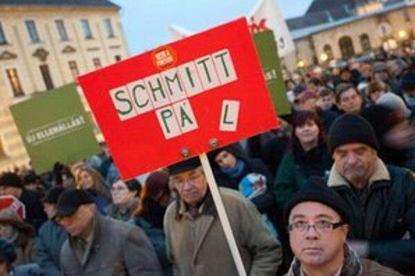 Demonštranti proti Orbánovi a Schmittovi.