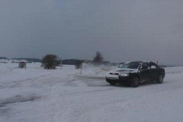 Sneh komplikuje dopravu aj v Česku.