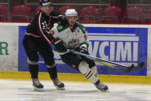 Pavol Pavešic (v bielom) v zápase HK Skalica - HC Bratislava 3:2.