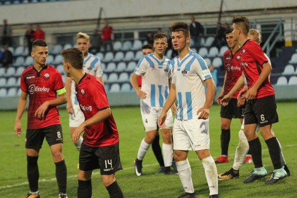 Starší dorastenci Nitry v prvom zápase prvého kola UEFA Youth League porazili macedónske Tetovo. Po hvizde ruského rozhodcu novinári obletovali domáceho stopérika Róberta Kóšu.