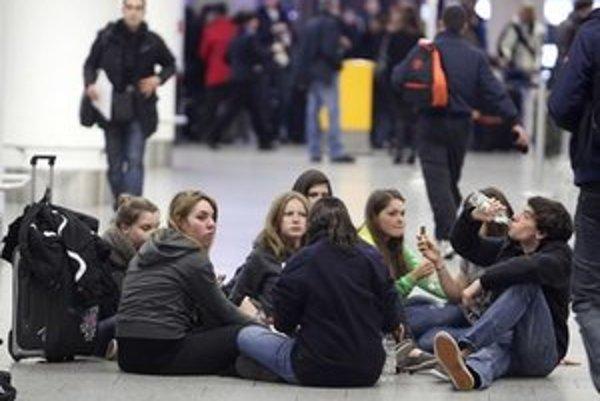 Čakajúci pasažieri na letisku.