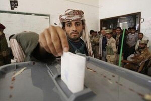 Jemenský volič hádže svoj hlas do urny počas hlasovania v prezidentských voľbách v Saná.