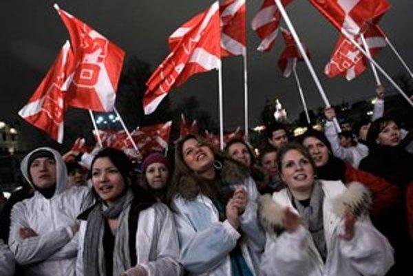 Členovia hnutia Naši počas minuloročných parlamentných volieb.