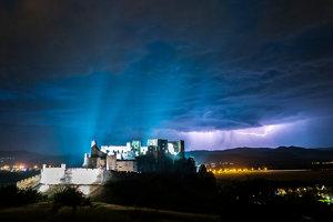 Hrad Beckov, v pozadí zúri búrka.