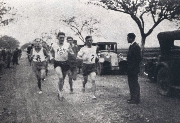 Maratónci na ceste pri Haniske.