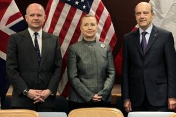 Zľava britský šéf diplomacie  William Hague, americká šéfka diplomacie Hillary Clintonová a francúzsky šéf diplomacie Alain Juppé v New Yorku.
